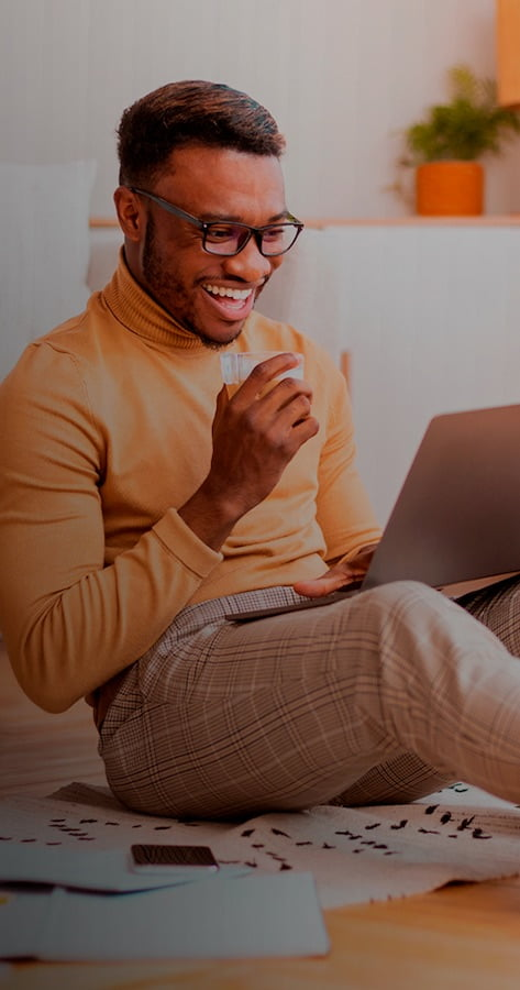 homem copo computador